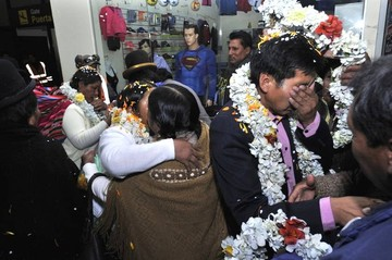 """Víctimas de """"octubre negro"""" arriban a El Alto y son recibidos como héroes"""