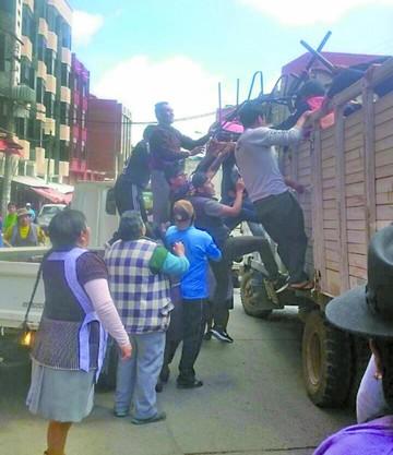 Comerciantes agreden a funcionarios municipales