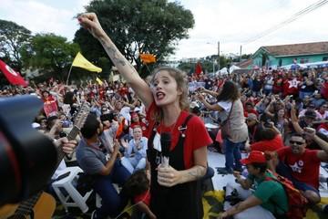 Lula cumple su condena bajo la atenta mirada de militantes