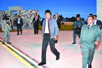 Evo llega a Cumbre, donde suena rechazo a reelección