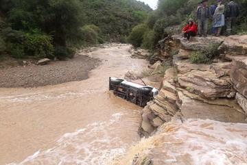 Mojocoya: Camioneta se embarranca y chofer es arrastrado por el río