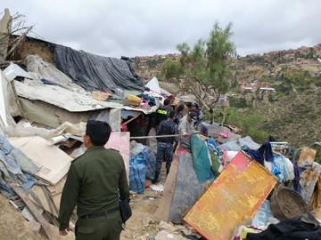 Familia vive en extrema pobreza y entre basura