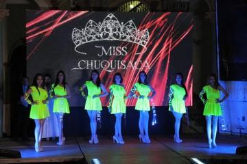 Miss Chuquisaca entrega el título de Miss Talento