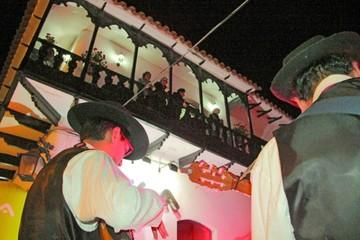 Reviven las serenatas de antaño frente a balcones