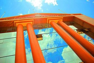 Universitarios mantienen cerrada carrera de Derecho