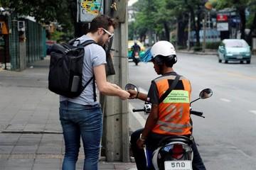 Mototaxistas de Bangkok superados por la crisis
