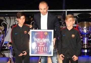 Barcelona rinde un homenaje a Andrés Iniesta