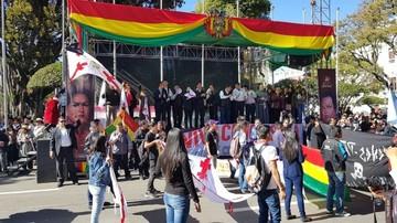 Desfile en homenaje al 25 de Mayo se convierte en marcha de protesta
