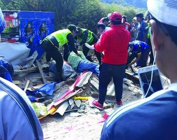 Coche de carrera causa lesiones en espectadores
