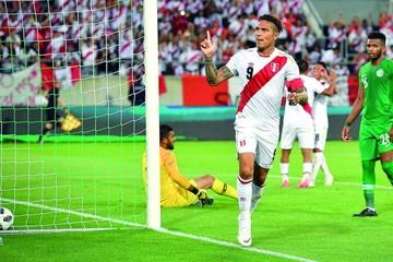 Paolo Guerrero vuelve y guía a Perú ante Arabia