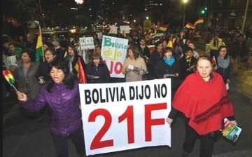 """Evo y Álvaro, incomodados con gritos """"Bolivia dijo No"""""""