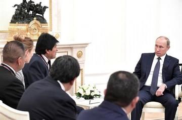 Morales y Putin se saludan e inician reunión en Rusia
