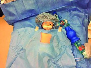 """""""Operaron"""" del corazón a la muñeca de una niña"""