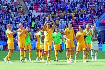 Australia empata con Dinamarca y continúa viva