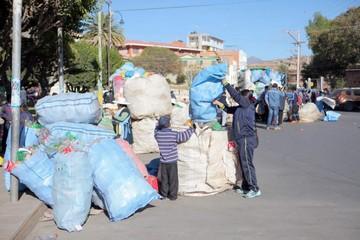 Colegiales dan ejemplo en reciclaje de plástico y papel