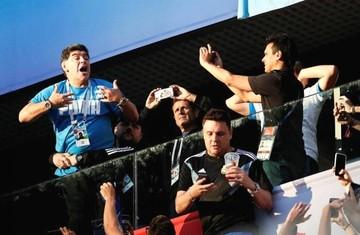 """Maradona, de la """"Mano de Dios"""" a los dedos de la vergüenza"""