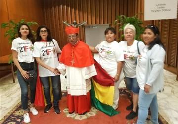 "Mujeres felicitaron al cardenal Ticona con poleras de ""Bolivia dijo no"""