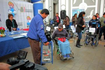 Ayuda alcanza a personas con discapacidad física