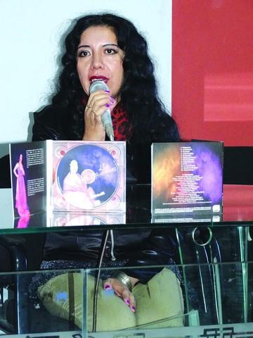 La artista Liz Bolivianita promociona su material