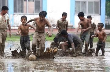 India: Niños se divierten jugando fútbol en vísperas del final del Mundial
