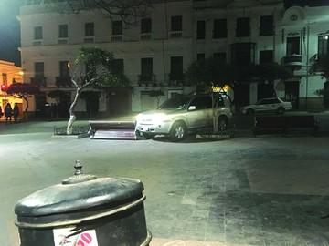 Otra vagoneta destroza una banqueta en la plaza