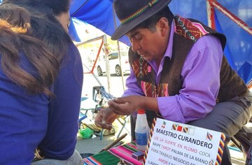 Unos 20 maestros curanderos leen la suerte en la Feria de la Alasita en Sucre