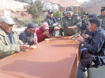 Policía alimentó y bañó a bebedores e indigentes