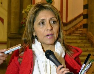 """Ministra: Es una """"falta de educación"""" sellar billetes"""