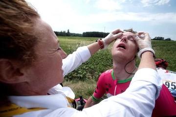 Tour de Francia: Ciclistas sufren los efectos de gas tras una manifestación que paró etapa