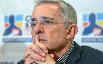 Investigado por soborno, Uribe renuncia al Senado