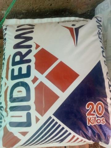 Lidermix ingresa a Sucre con cemento adhesivo