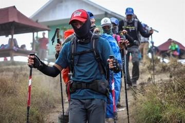 Ascienden a 16 los muertos y a 355 los heridos por terremoto en Indonesia