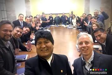 Una selfie de Evo Morales y sus ministros marca el adiós al Palacio Quemado