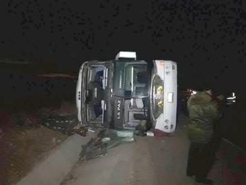 Mueren cinco personas en vuelco de costado de bus