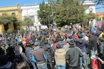 Policía e impulsores del 21F chocan en Potosí