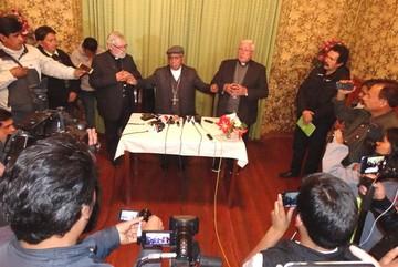 Cardenal Ticona es recibido en Sucre entre aplausos y cantos