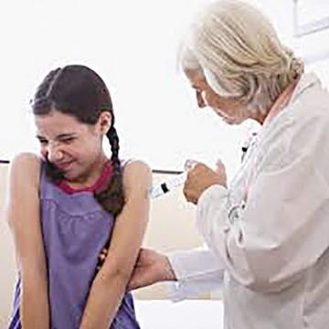 Polémica por una vacuna obligatoria a niños en Italia