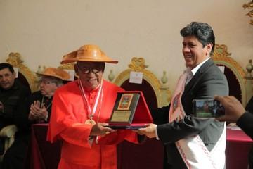 Cardenal Ticona recibe medallas y el escudo de armas de Sucre