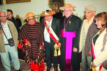 Cardenal pide paz al recibir distinciones en la Capital