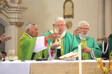 Cardenal compartió misa con la comunidad católica