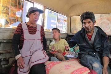 Familia con carencias vive en bus abandonado