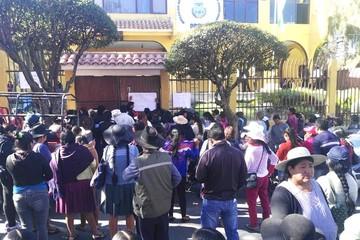 Padres de la unidad educativa Sagrada Familia bloquean y exigen maestro de matemáticas
