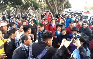 Grupos del 21F y afines al Gobierno se insultaron mientras Evo participaba de un acto