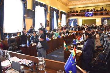 Tras votación a su favor, Milton Barón es posesionado como Presidente del Senado