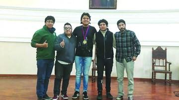 """La """"U"""" premia a jóvenes en concurso de voces"""