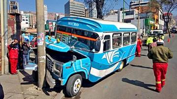 Imputan a mecánico por vuelco de micro en La Paz