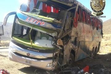 Accidente de bus deja dos muertos y 24 heridos en ruta Tarija-La Paz