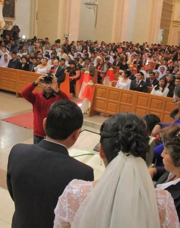 Matrimonio comunitario une a 75 parejas
