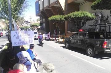 Quillacolleños retoman su protesta en el TCP por el conflicto de alcaldes