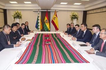 Presidente de España llega a Santa Cruz, recibido con honores y firma acuerdos